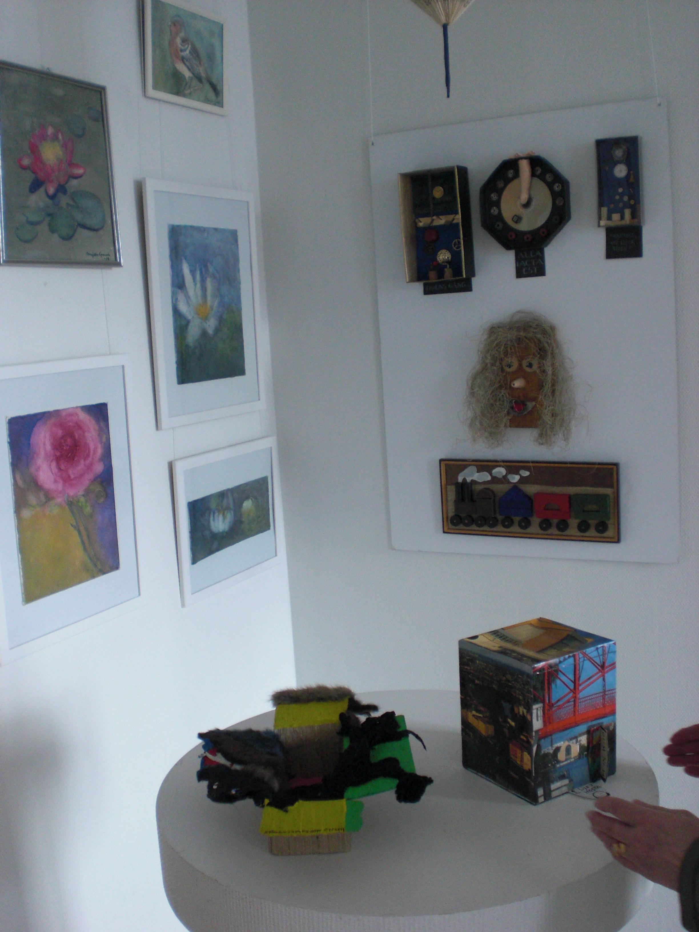 Målningar, installationer, collage